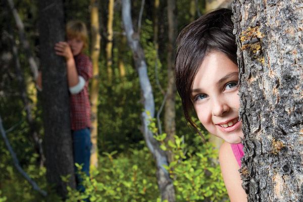 Kinder verstecken sich vor Zecken