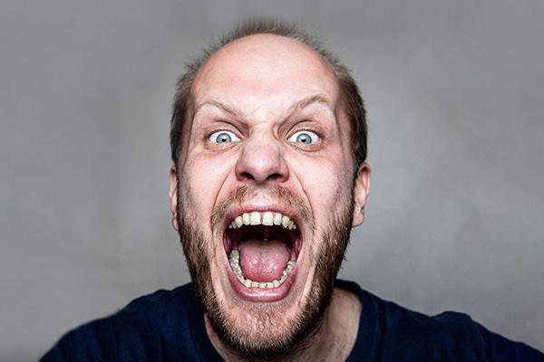 Welt-Tollwut-Tag - Mann schreit in die Kamera