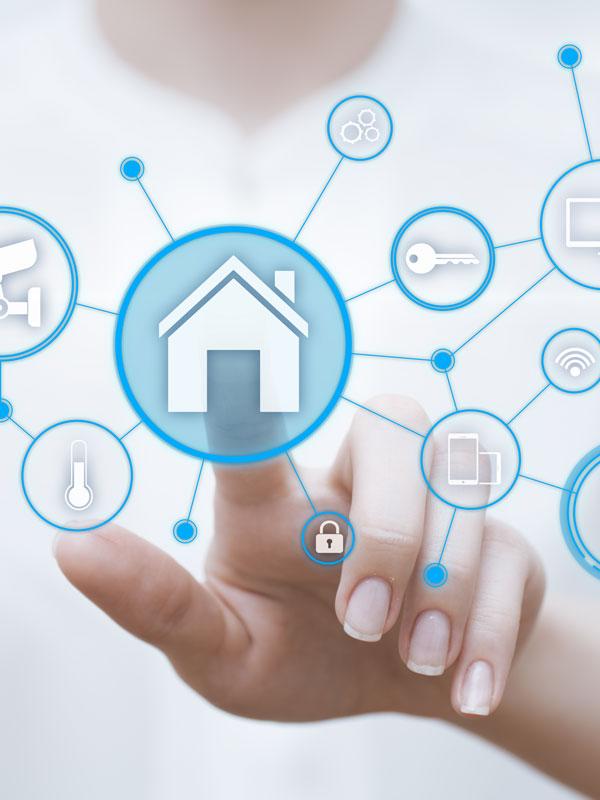 Das vernetzte Zuhause, Beitragsbild, Hand benutzt virtuelles Interface mit Symbolen