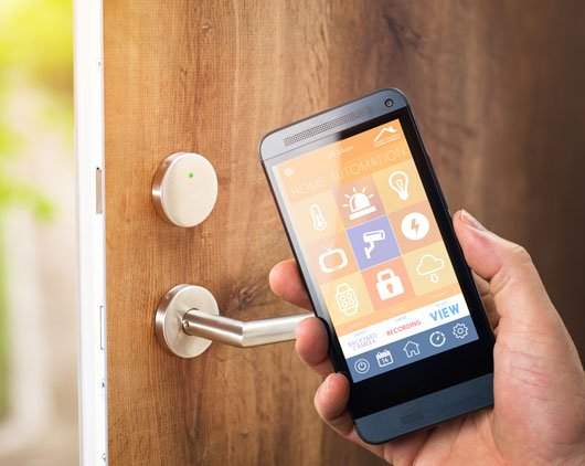 Smartphone öffnet smart home